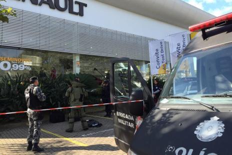 Bomba caseira explode em frente a revenda de carro em Porto Alegre (Jefferson Botega/Agência RBS)