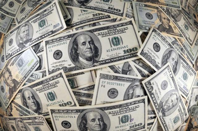 Dólar volta a cair e fecha em R$ 3,06, menor valor desde junho de 2015 Karen Bleier,AFP/AFP