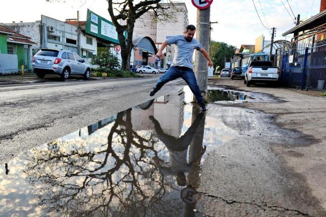 Moradores de Porto Alegre à espera de serviços realizados pelo DEP Adriana Franciosi/Agencia RBS