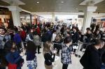 Multidão faz fila para comprar ingressos do show do Guns N' Roses