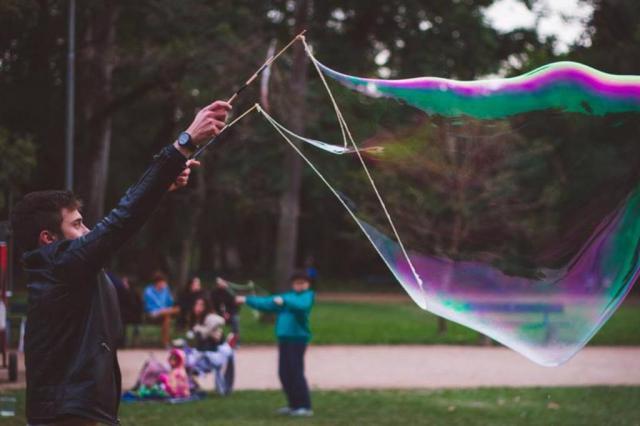 Encontro de bolhas de sabão gigantes será realizado neste domingo na Redenção Ricardo Fabrello Fotografia/Divulgação