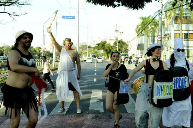 Artistas satirizam Olimpíada em protesto contra Temer nas ruas de Porto Alegre Pedro Molnar/Agencia RBS