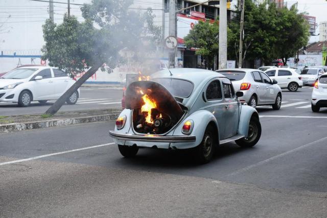 FOTO: carro pega fogo na Avenida Princesa Isabel, em Porto Alegre Ronaldo Bernardi/Agencia RBS