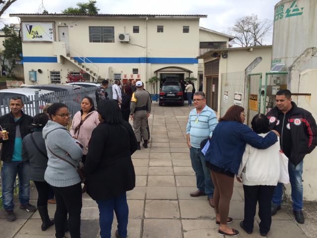 Trabalhadores demitidos invadem direção do Hospital Porto Alegre Felipe Daroit/Gaúcha
