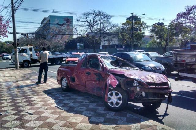 Carro cai no Arroio Dilúvio, em Porto Alegre Débora Ely/Agencia RBS
