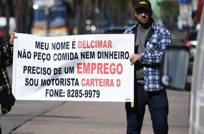 Homem usa faixa para pedir emprego em sinaleira de Porto Alegre Ronaldo Bernardi/Agência RBS