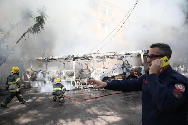 Ônibus da Via Leste pega fogo no bairro Petrópolis, em Porto Alegre Lauro Alves/Agencia RBS