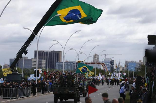 Vento forte marca desfile cívico-militar de Porto Alegre Félix Zucco/Agencia RBS