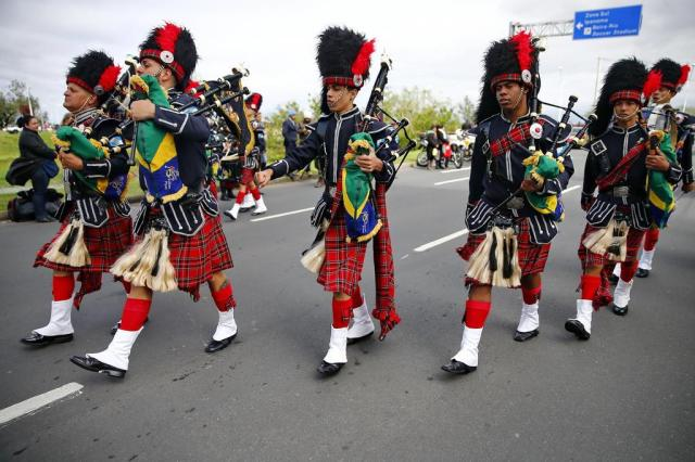 Com gaitas de fole e saias kilt, banda inspirada na Escócia chamou atenção em desfile cívico-militar em Porto Alegre Félix Zucco/Agencia RBS