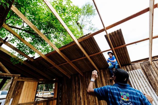 Do piso ao telhado, veja como nasce um piquete do Acampamento Farroupilha Omar Freitas/Agencia RBS