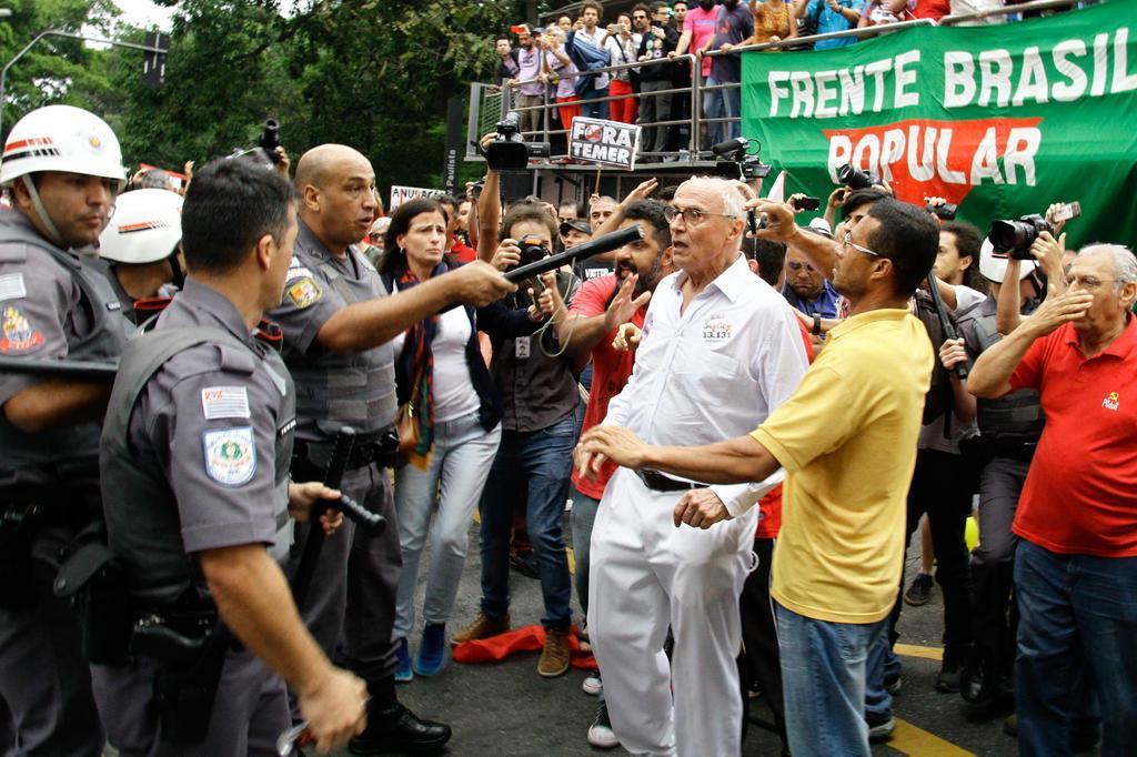 Gás de pimenta usado pela PM atinge Suplicy em protesto contra Temer FáBIO VIEIRA/FOTORUA/ESTADÃO CONTEÚDO