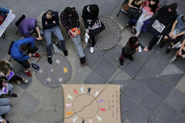 Em atividade pela paz, alunos têm aula na rua no centro de Porto Alegre Mateus Bruxel/Agencia RBS