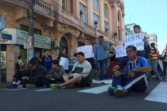 Comerciantes do Shopping Popular realizam protesto contra a prefeitura Lorenzo Rodrigues/Agencia RBS