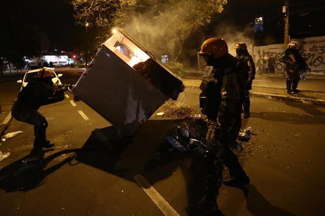 Manifestantes fazem ato contra Temer em Porto Alegre Carlos Macedo/Agência RBS