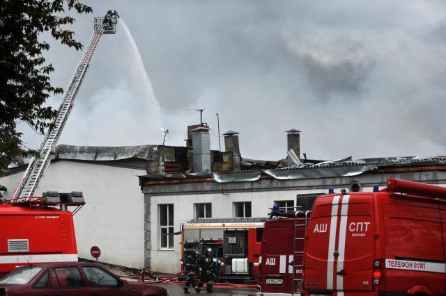 Oito bombeiros morrem durante incêndio em Moscou VASILY MAXIMOV/AFP