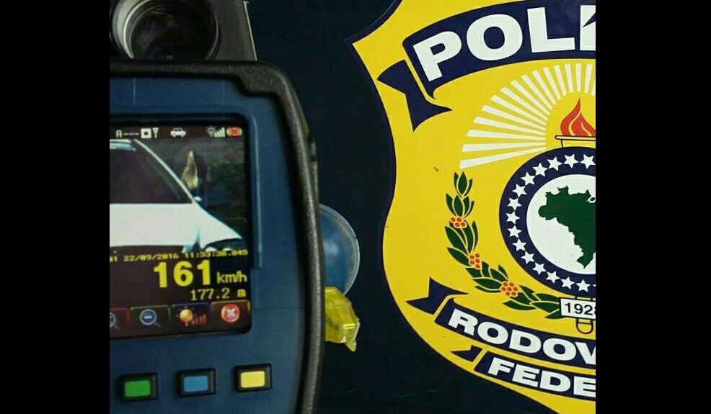 PRF flagra motorista a 161 km/h e com o pé para fora na BR-290 Polícia Rodoviária Federal / Divulgação/Divulgação
