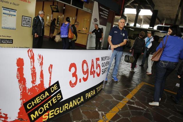 Servidores da segurança protestam na rodoviária de Porto Alegre contra o aumento da violência Mateus Bruxel/Agencia RBS