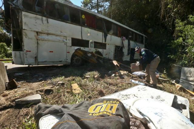 Ônibus de banda gaúcha tomba na BR-282, em Águas Mornas, e deixa dois mortos Marco Favero/Agencia RBS