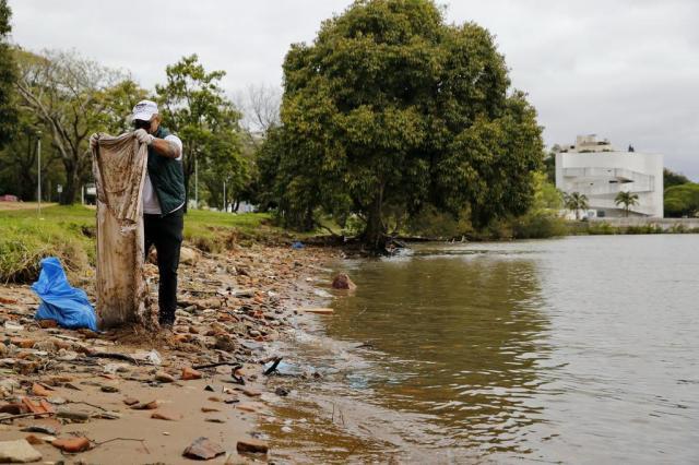 Guarda-chuva, pneus e isopor: mutirão voluntário recolhe objetos e lixo descartados na orla do Guaíba Mateus Bruxel/Agencia RBS
