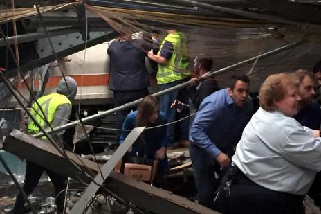Trem colide contra estação de Nova Jersey, deixa pelo menos três mortos e mais de cem feridos (PANCHO BERNASCONI/AFP)