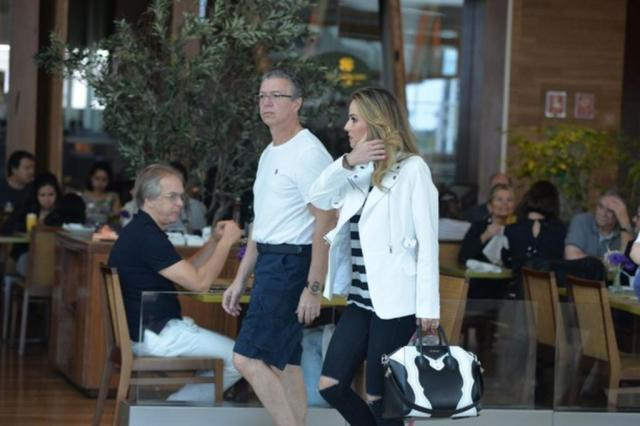 Em passeio com a esposa, Boninho exibe corpo enxuto após perder 45 quilos AgNews/AgNews