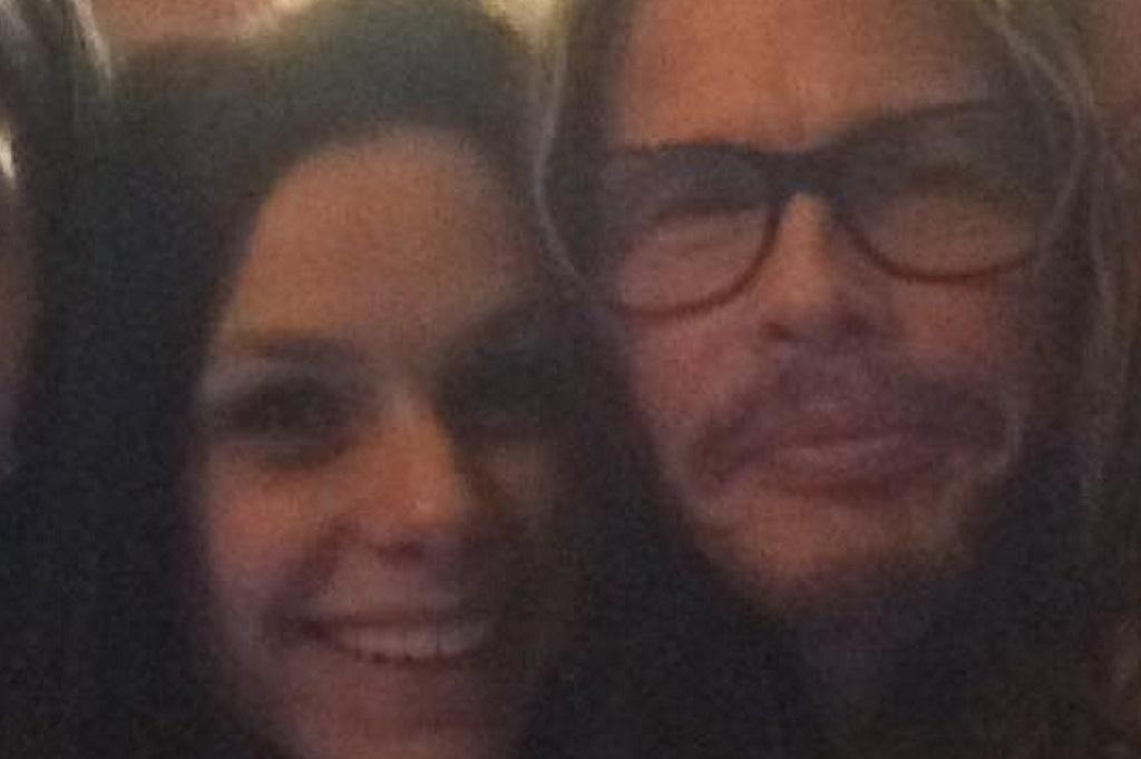 Steven Tyler janta em bar de Porto Alegre e dá atenção a fãs Reprodução / Facebook/Facebook