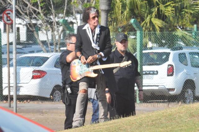 Guitarrista do Aerosmith tira fotos no Laçador, em Porto Alegre Ricardo Romolli/Especial
