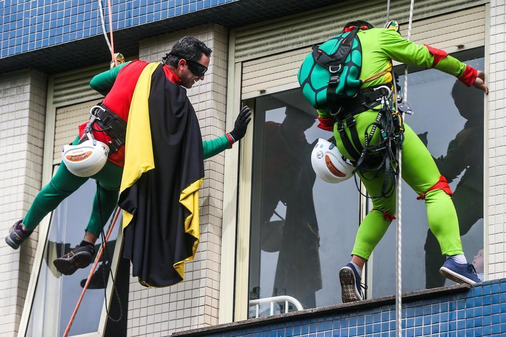 Super-heróis descem de rapel paredes de hospital infantil de Porto Alegre Bruno Alencastro/Agencia RBS