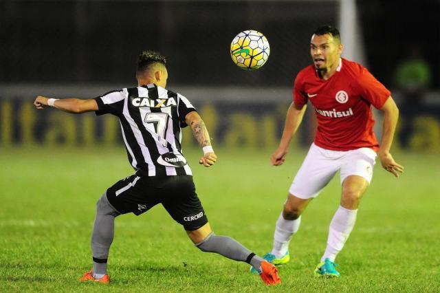 Ex-árbitros divergem sobre pênalti na derrota do Inter para o Botafogo Ricardo Duarte/Agencia RBS