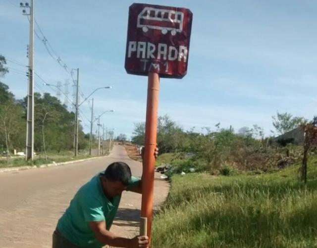 Moradora coloca placas sinalizando paradas de ônibus em Alvorada Maria Motta /arquivo pessoal