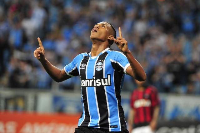 Grêmio vence o Atlético-PR e encosta no G-6 André Ávila/Agencia RBS