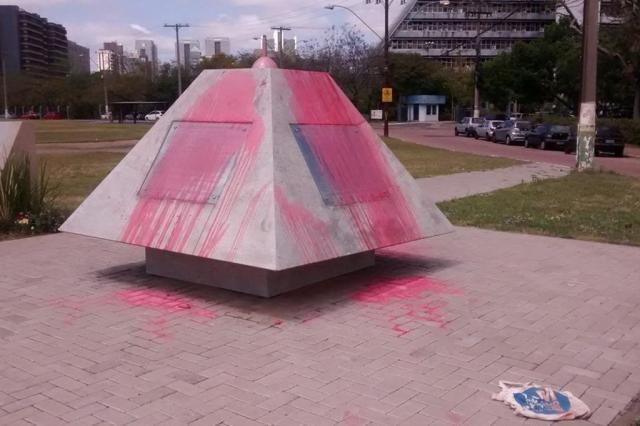 Vândalos destroem símbolo da paz em Porto Alegre Renato Dornelles/DG