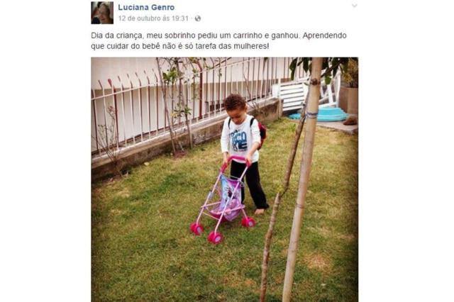 Luciana Genro dá carrinho de boneca a sobrinho e gera polêmica nas redes sociais Reprodução/Facebook