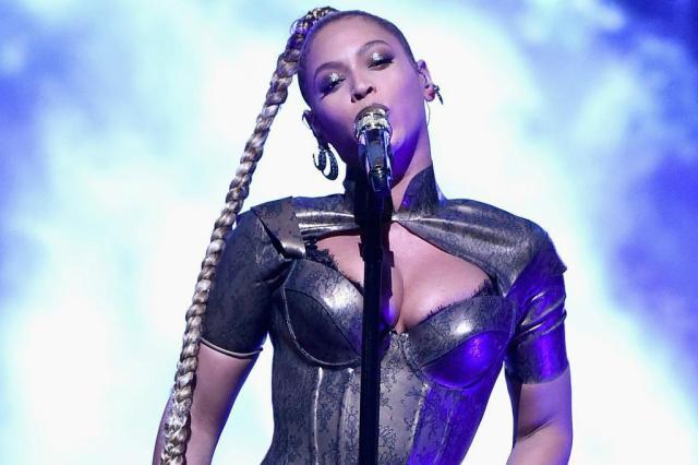 Beyoncé se machuca durante show e, mesmo sangrando, continua apresentação Theo Wargo/AFP