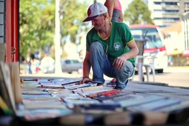 Morador de rua que vende livros usava nome do irmão e é foragido Bruno Alencastro/Agencia RBS