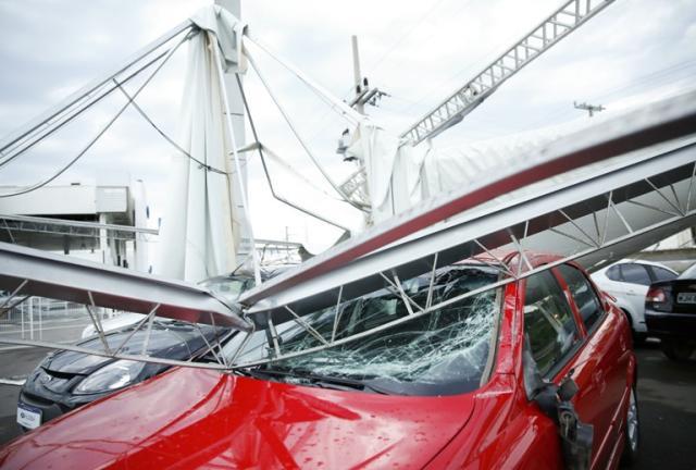 Ventos fortes deixam rastro de destruição em Tubarão Léo Munhoz / Agência RBS/Agência RBS