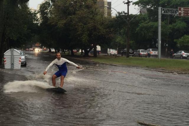 Jovens praticam wakeboard em avenida alagada de Porto Alegre Arquivo pessoal/Arquivo pessoal