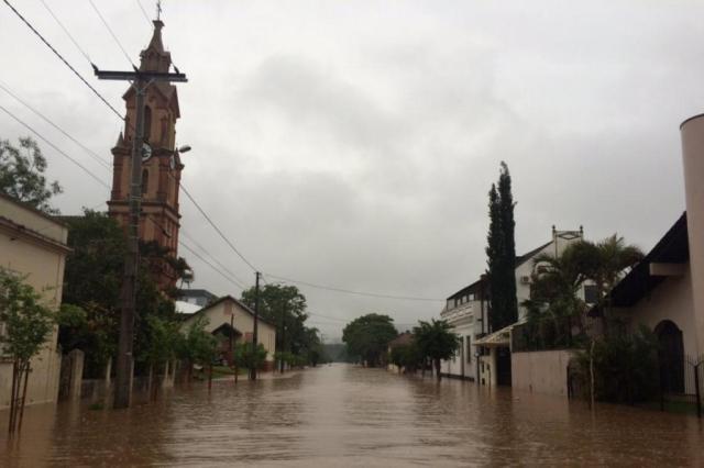 Famílias são retiradas de casa após rio transbordar em São Sebastião do Caí Cid Martins/Agência RBS