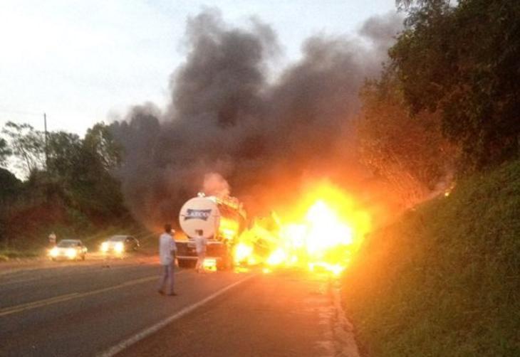 Acidente entre ônibus e caminhão deixa 20 mortos no Paraná