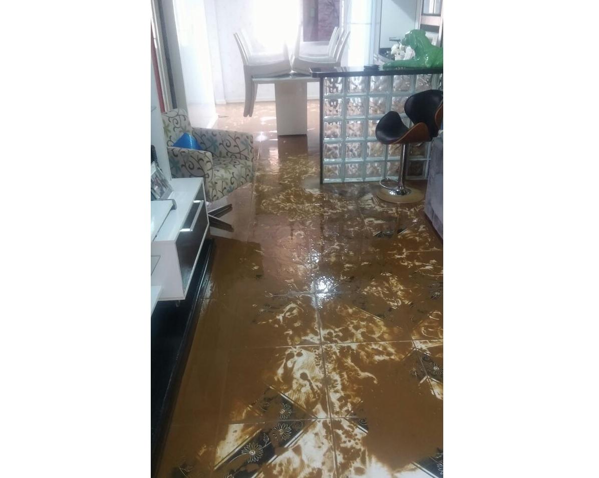 Esgoto sobe pelos ralos em dias de chuva e inunda casas em Alvorada  #604A30 1196x955 Banheiro Com Cheiro De Esgoto O Que Fazer
