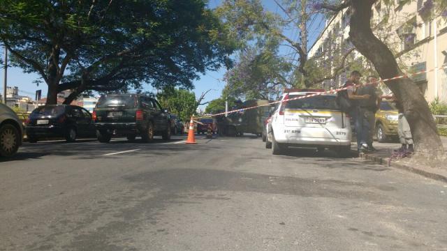 Viaturas que fazem custódia de presos bloqueiam Avenida Ipiranga, em Porto Alegre Marcelo Kervalt / Agência RBS/Agência RBS