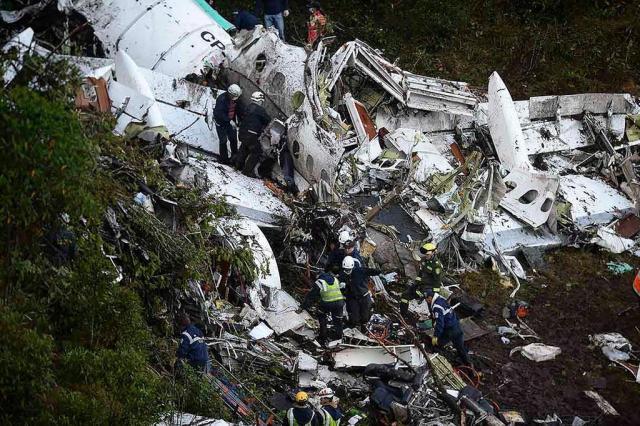 Pilotos colombianos dizem que comandante do voo revelou ter pouco combustível Raul ARBOLEDA/Afp