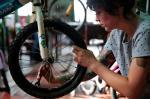 Voluntários arrecadam e consertam bicicletas para presentear crianças pobres no Natal