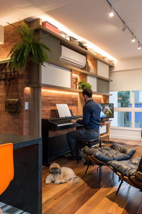 Apartamento de 70 metros quadrados tem espaço até para o piano (Marcelo Donadussi/Divulgação)