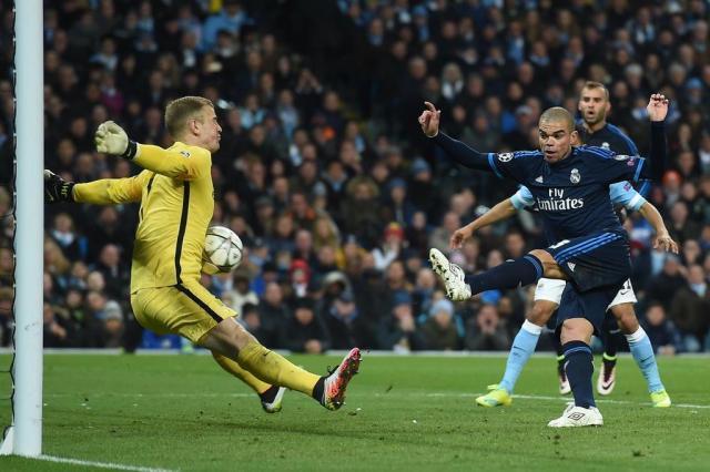Real Madrid quer brasileiro para substituir Pepe na zaga Paul Ellis/AFP