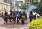 VÍDEOS: confusão entre servidores e policiais na Praça da Matriz Mateus Ferraz / Rádio Gaúcha/Rádio Gaúcha