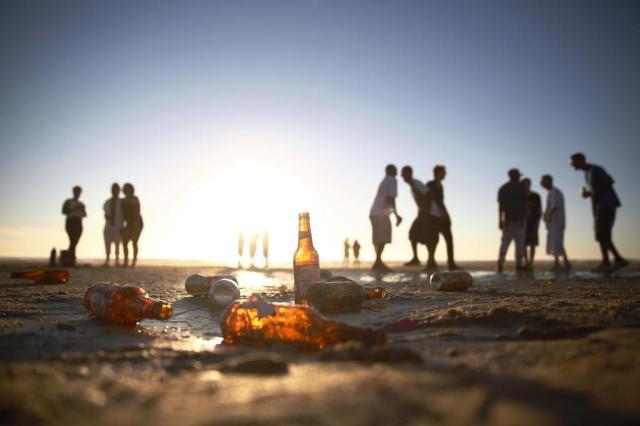 Areia e orla de Capão da Canoa amanhecem cobertas de lixo Isadora Neumann/Agência RBS