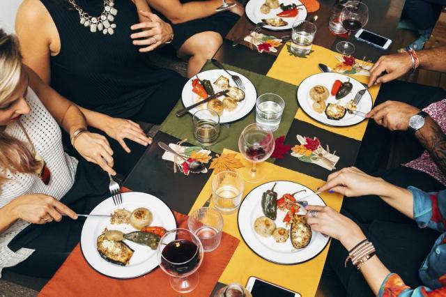 """O aplicativo que organiza jantares e ajuda as pessoas a """"fazerem social"""" Andrew White/The New York Times"""