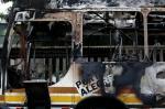 Ônibus é incendiado por assaltantes na Vila Cruzeiro