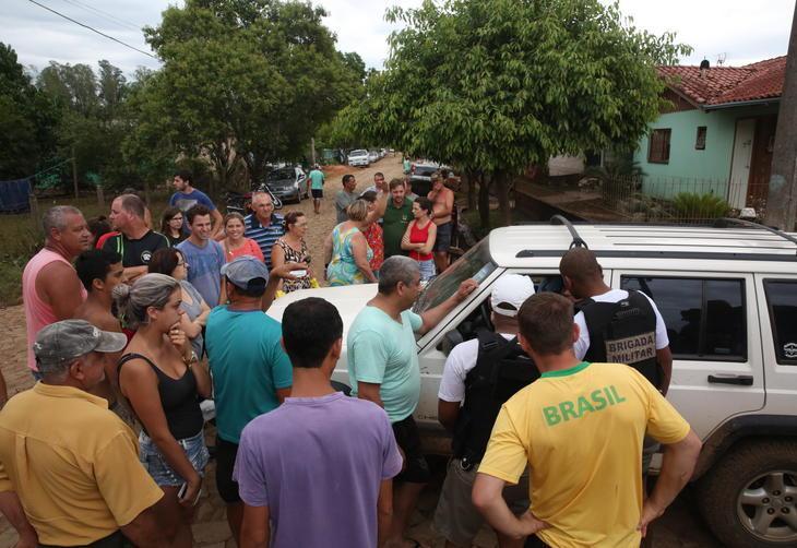 Neste sábado, moradores protestaram em razão da falta de água por conta da enchente que atingiu a cidade